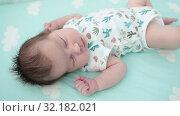 Купить «Спящий на спине младенец месячного возраста», видеоролик № 32182021, снято 2 сентября 2019 г. (c) Кекяляйнен Андрей / Фотобанк Лори
