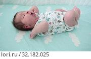 Купить «Младенец в кроватке зевает и плачет», видеоролик № 32182025, снято 2 сентября 2019 г. (c) Кекяляйнен Андрей / Фотобанк Лори