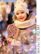 Купить «litle girl with big lollipop at christmas market», фото № 32182581, снято 4 января 2019 г. (c) Syda Productions / Фотобанк Лори