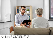 psychologist with tablet pc and senior patient. Стоковое фото, фотограф Syda Productions / Фотобанк Лори