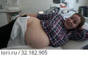 Купить «Улыбающаяся беременная женщина на терапевтической кровати до прохождения УЗИ», видеоролик № 32182905, снято 18 апреля 2019 г. (c) Кекяляйнен Андрей / Фотобанк Лори