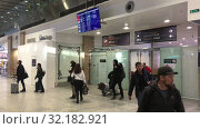 Купить «Arrived passengers come to arrival area of the Pulkovo International airport. New terminal serves citizens of St. Petersburg», видеоролик № 32182921, снято 2 апреля 2019 г. (c) Кекяляйнен Андрей / Фотобанк Лори