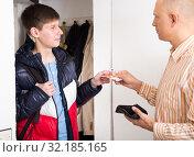 Купить «Guy asking his father pocket money», фото № 32185165, снято 7 апреля 2019 г. (c) Яков Филимонов / Фотобанк Лори