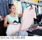 Купить «Girl shopping at the apparel store», фото № 32185405, снято 19 июня 2017 г. (c) Яков Филимонов / Фотобанк Лори