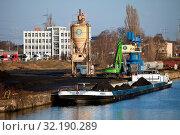 Купить «Rhein-Herne-Kanal, Frachtschiff im Industriegebiet an der Schleuse Wanne-Eickel, Herne, Ruhrgebiet, Nordrhein-Westfalen, Deutschland, Europa», фото № 32190289, снято 26 февраля 2020 г. (c) age Fotostock / Фотобанк Лори