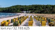 Der Strand von Binz mit seinen Strandkörben. Стоковое фото, фотограф Zoonar.com/Hans-Juergen KochanHans-Jürgen Kochan / easy Fotostock / Фотобанк Лори