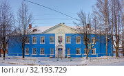 A two-story building by the road, lined with blue siding. The inscriptions on the photo - High School. School of the village of Uralsky. (2019 год). Редакционное фото, фотограф Владимир Аликин / Фотобанк Лори
