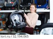 Купить «girl consumer with infant's car cradle», фото № 32194065, снято 19 декабря 2017 г. (c) Яков Филимонов / Фотобанк Лори