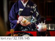 Купить «Женщина в кимоно во время традиционной японской чайной церемонии», фото № 32199145, снято 31 августа 2019 г. (c) Николай Винокуров / Фотобанк Лори