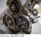 Купить «Ролики приводов навесного оборудования на двигателе автомобиля», фото № 32205129, снято 30 мая 2019 г. (c) Вячеслав Палес / Фотобанк Лори