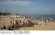 Купить «Crowded beach in Barcelona seaside, Spain», видеоролик № 32206005, снято 29 июня 2019 г. (c) Яков Филимонов / Фотобанк Лори