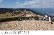 Купить «Ai-Petri, Crimea - July 5, 2019. Tourists walk on the highest point of Mount Ai-Petri», видеоролик № 32207161, снято 5 июля 2019 г. (c) Володина Ольга / Фотобанк Лори