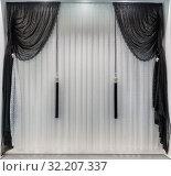 Контрастные шторы в оформлении классического современного интерьера в черно-белых тонах. Стоковое фото, фотограф Светлана Васильева / Фотобанк Лори