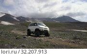 Купить «Japanese SUV Mitsubishi Delica 4x4 driving on mountain road», видеоролик № 32207913, снято 16 августа 2019 г. (c) А. А. Пирагис / Фотобанк Лори