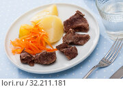 Купить «Delicious steamed veal with carrots and potatoes», фото № 32211181, снято 8 июля 2020 г. (c) Яков Филимонов / Фотобанк Лори