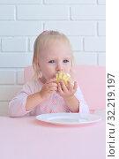 Маленькая девочка ест пирожные. Стоковое фото, фотограф Арестов Андрей Павлович / Фотобанк Лори