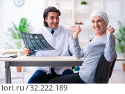 Young male doctor and female oncology patient. Стоковое фото, фотограф Elnur / Фотобанк Лори