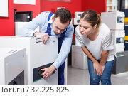 Купить «woman selecting safe with expert», фото № 32225825, снято 17 апреля 2018 г. (c) Яков Филимонов / Фотобанк Лори