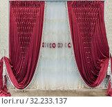 Красные бархатные шторы с пуфами и белым тюлем с вышивкой. Интерьер в дворцовом стиле. Стоковое фото, фотограф Светлана Васильева / Фотобанк Лори