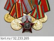 Купить «Орден Красной Звезды на фоне медалей», эксклюзивное фото № 32233265, снято 15 апреля 2019 г. (c) Игорь Низов / Фотобанк Лори