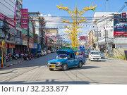 Голубой сонтего на городской улице солнечным днем. Чианг Май, Таиланд (2018 год). Редакционное фото, фотограф Виктор Карасев / Фотобанк Лори