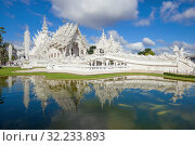Вид на футуристический буддистский храм Wat Rong Khun (Белый храм)  солнечным днем. Чианг Рай, Таиланд (2018 год). Стоковое фото, фотограф Виктор Карасев / Фотобанк Лори