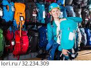 girl tourist chooses a quality backpack to travel. Стоковое фото, фотограф Яков Филимонов / Фотобанк Лори