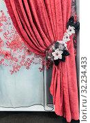 Красные бархатные шторы с подхватом из кружевных цветов и прозрачный тюль с вышивкой. Стоковое фото, фотограф Светлана Васильева / Фотобанк Лори