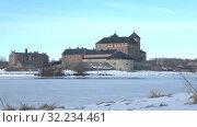 Купить «Вид на старинную крепость Хамеенлинна на берегу замерзшего озера Ванаявеси мартовским днем. Финляндия», видеоролик № 32234461, снято 2 марта 2019 г. (c) Виктор Карасев / Фотобанк Лори