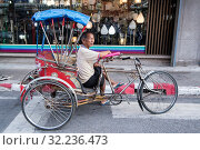 A bicycle ricksha on a road in the city centre of Khorat or Nakhon Ratchasima in Isan in Noertheast Thailand. Thailand, Khorat, November, 2017. Стоковое фото, фотограф Zoonar.com/URS FLUEELER / age Fotostock / Фотобанк Лори