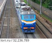 Купить «Электровоз ЧС7-011 на железнодорожной платформе Тайнинская Московской области», эксклюзивное фото № 32236789, снято 29 июня 2015 г. (c) lana1501 / Фотобанк Лори
