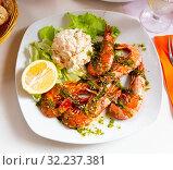 Купить «Shrimps served with sauce», фото № 32237381, снято 19 октября 2019 г. (c) Яков Филимонов / Фотобанк Лори