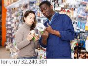 Купить «Household store seller working with client», фото № 32240301, снято 21 января 2019 г. (c) Яков Филимонов / Фотобанк Лори