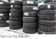 Summer vehicle tires stacked up for sale in hypermarket (2019 год). Редакционное фото, фотограф FotograFF / Фотобанк Лори