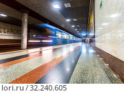 Subway train in motion at the subway station (2019 год). Редакционное фото, фотограф FotograFF / Фотобанк Лори