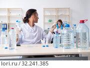 Купить «Two chemists working in the lab», фото № 32241385, снято 25 июня 2019 г. (c) Elnur / Фотобанк Лори