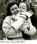 Europe, Germany, Hamburg, mother with her little child on her arms, image from the post-war years, in the 1950th. (2019 год). Редакционное фото, фотограф Historisches Auge Ralf Felt / age Fotostock / Фотобанк Лори