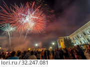 Russia, Samara, April 2016: Festive salute. Russia Day. 12 June. Square named after Kuibyshev, people watching the fireworks. Редакционное фото, фотограф Акиньшин Владимир / Фотобанк Лори