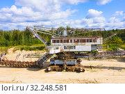 Old rusty multi bucket excavator, giant stacker, absetzer in sandy career. Стоковое фото, фотограф Mikhail Starodubov / Фотобанк Лори