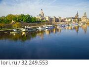 Вид на городскую набережную реки Эльбы апрельским солнечным утром. Дрезден, Германия (2018 год). Редакционное фото, фотограф Виктор Карасев / Фотобанк Лори