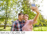 happy couple in park taking selfie by smartphone. Стоковое фото, фотограф Syda Productions / Фотобанк Лори