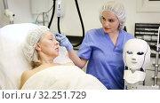 Купить «Beautician in protective gauze mask with syringe», видеоролик № 32251729, снято 12 апреля 2019 г. (c) Яков Филимонов / Фотобанк Лори
