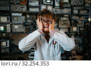 Купить «Strange scientist has gone mad in his laboratory», фото № 32254353, снято 17 июня 2019 г. (c) Tryapitsyn Sergiy / Фотобанк Лори