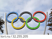 Олимпийские кольца на фоне неба. Калининград (2019 год). Редакционное фото, фотограф Ирина Борсученко / Фотобанк Лори