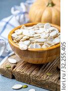 Unpeeled pumpkin seeds in a wooden bowl. Стоковое фото, фотограф Марина Сапрунова / Фотобанк Лори
