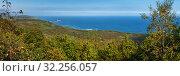 Купить «Осенний пейзаж (панорама): лес и синие волны Тихого океана в солнечный день», фото № 32256057, снято 20 сентября 2018 г. (c) А. А. Пирагис / Фотобанк Лори