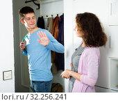 Son saying goodbye to mother. Стоковое фото, фотограф Яков Филимонов / Фотобанк Лори