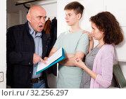 Family meeting with debt collector. Стоковое фото, фотограф Яков Филимонов / Фотобанк Лори