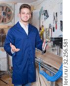 Guy using milling cutter to make furniture. Стоковое фото, фотограф Яков Филимонов / Фотобанк Лори