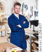 Купить «Working man demonstrating his workplace and tools», фото № 32256617, снято 7 ноября 2016 г. (c) Яков Филимонов / Фотобанк Лори